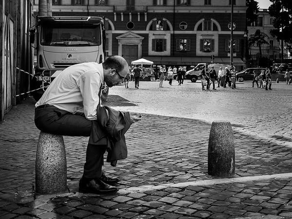 Un hombre con su teléfono móvil ¿Habrá recibido un SMS? Imagen de Mario Mancuso en Flickr bajo licencia Creative Commons