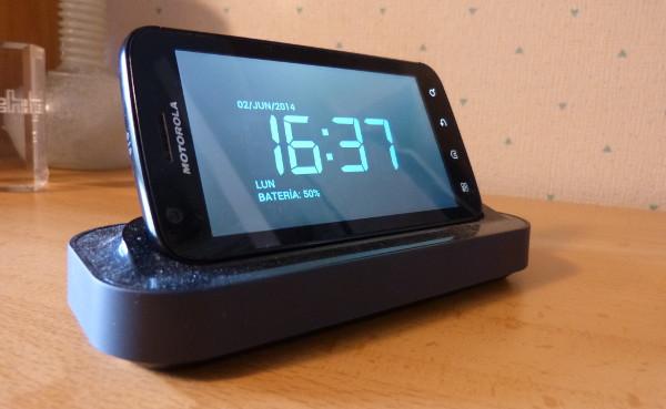 El Motorola ATRIX sobre su base, desempeñando funciones de despertador avanzado