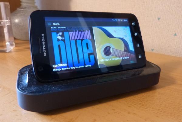 Podemos configurar con qué colores veremos la hora en la pantalla de nuestro smartphone reciclado a despertador