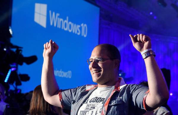 ¿Un usuario celebrando la migración satisfactoria de su PC a Windows 10? Imagen gentileza de Microsoft