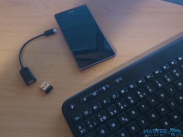 Todo lo necesario: smartphone, teclado, cable USB OTG, y receptor USB wireless para el teclado