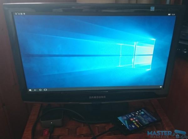 Interfaz de Continuum en el monitor. Al lado, vemos el terminal conectado