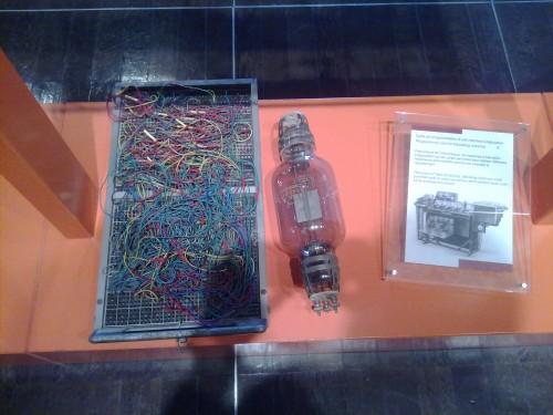 Piezas de las primeras computadoras de válvulas, que formaban parte de la colección del museo