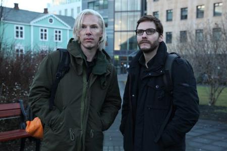 Benedict Cumberbatch y Daniel Brühl caracterizados como Julian Assange y Daniel Domscheit-Berg