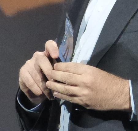 Una imagen del prototipo presentado junto a Microsoft en la que se puede apreciar claramente la doblez de la pantalla